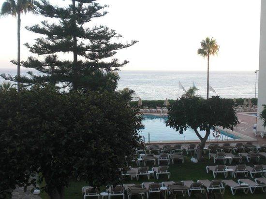 Hotel Riu Monica: Piscina junto al mar