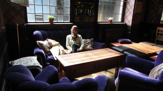 The Walrus Hostel: Sentadas a la tarde en la planta baja, de noche es el pub