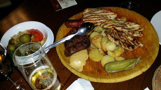 Caru' cu bere: Plato especial de la casa para dos personas de carne y chorizos a la plancha más ensalada de enc