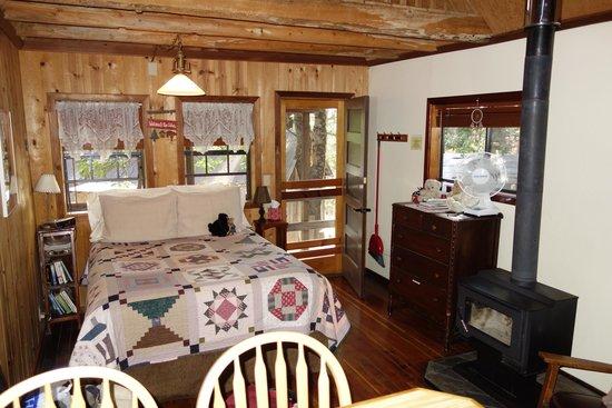 Sunset Inn Yosemite Vacation Cabins: inside