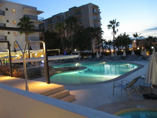 Hotel JS Palma Stay: Pool area in the evening