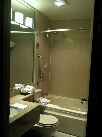 Best Western Premier Grand Canyon Squire Inn : Bathroom--there was a separate sink/vanity nook in the bedroom area