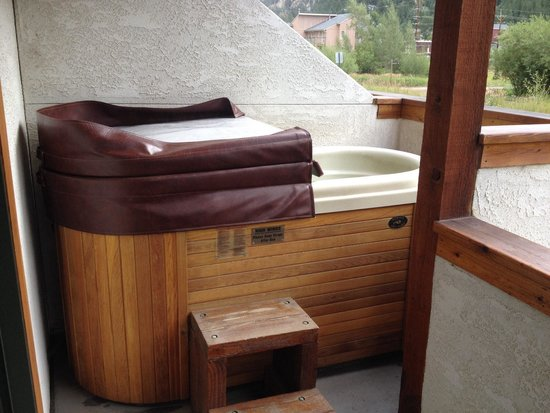 Hotel Chateau Chamonix: Hot tub in one of the creek-side, ground-floor rooms