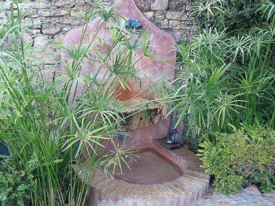 Hotel  Alavera de los Baños: Fountain next to sun loungers in garden