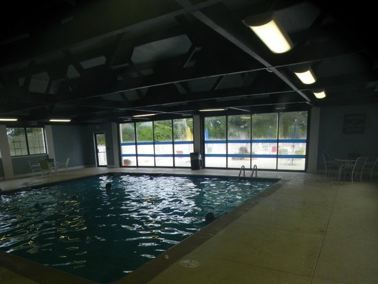 Four Points by Sheraton Kalamazoo: Smallish pool, no hot tub