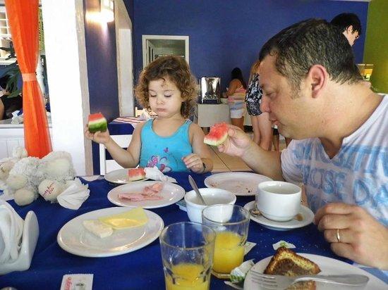 Pousada Dos Reis : Cristian y Mati desayunando