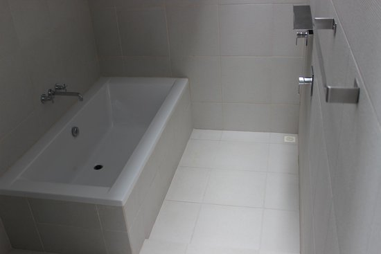 The COAST Resort - Koh Phangan: Bathroom - with shower & tub