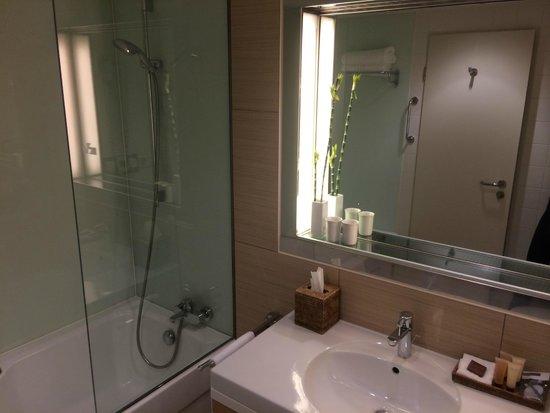 Sheraton Berlin Grand Hotel Esplanade: massive bathrooms