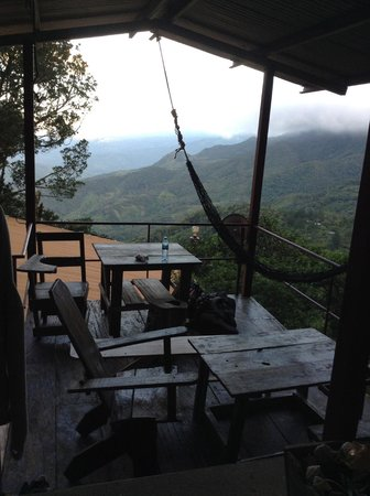 Lost and Found Ecohostel: vue salle a manger