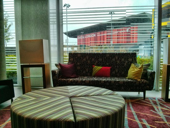 Aloft London Excel: Reception lounge