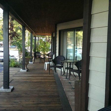 Mourelatos Lakeshore Resort : View from room to street