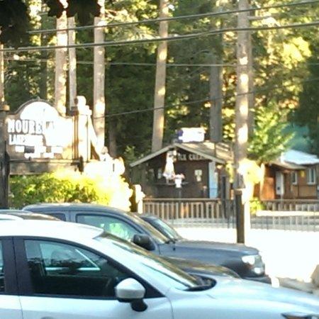 Mourelatos Lakeshore Resort: Ice Cream right across the road!