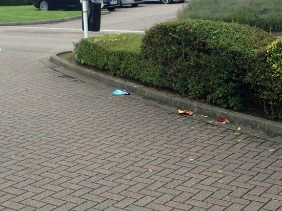 Hilton Northampton: Litter at entrance, can't fail to notice!