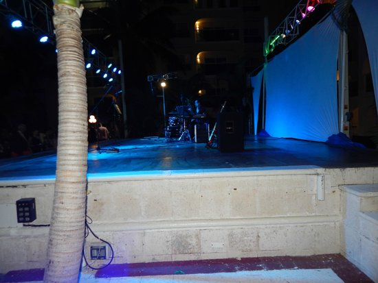 Barcelo Costa Cancun: Tarima de eventos en el área de la piscina