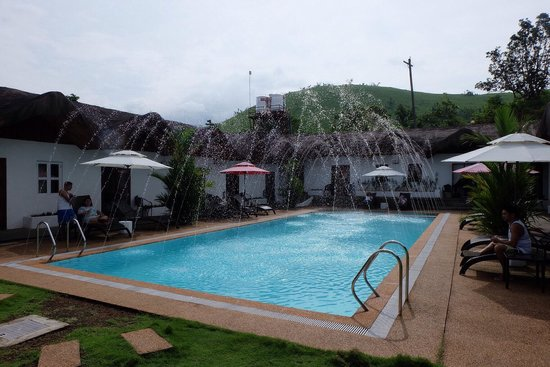 Sunz En Coron Resort: The pool has fountains!