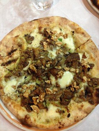 La Tana del Lupo : Crema di pistacchio, mozzarella, funghi tartufati, melanzane e noci! Strabuona!!