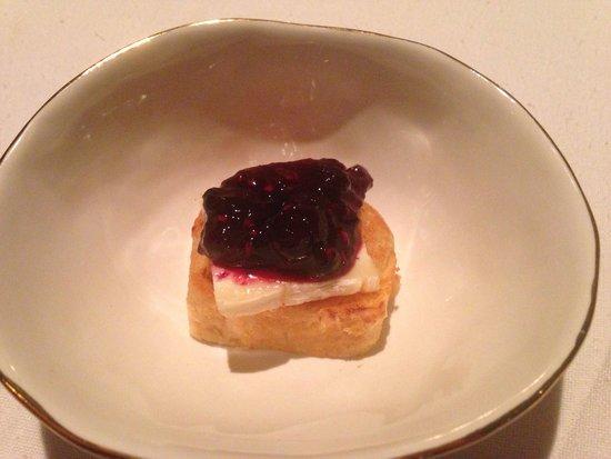 Pujol: Brioche con queso brie y mermelada de frambuesa.
