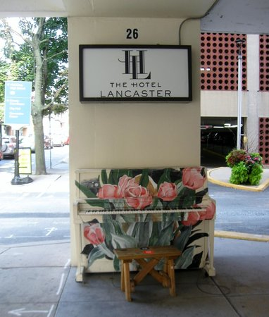 The Hotel Lancaster: Entrance to hotel