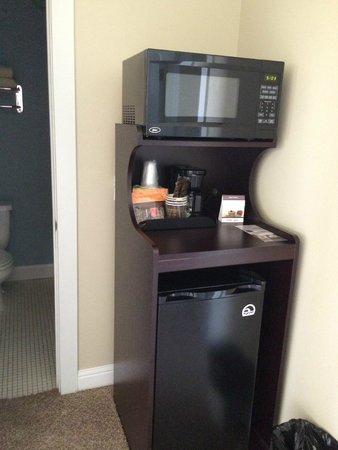 Pacific Reef Hotel - Gold Beach: Upstairs microwave/fridge/coffee area