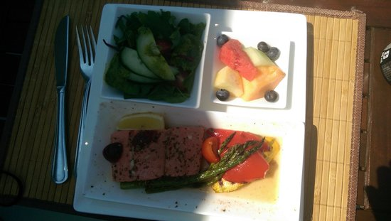 Archipelago Wildlife Cruises : Salmon Lunch