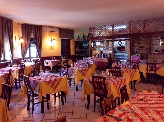 Ristorante pizzeria cucina romana e di pesce forno a - Ristorante con tavoli all aperto roma ...