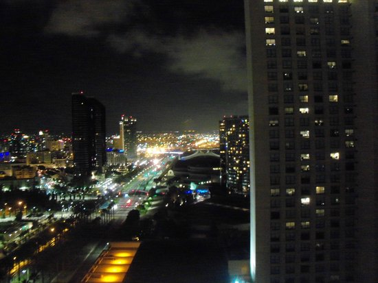 Manchester Grand Hyatt San Diego: Our view at night from the 22nd floor - facing south