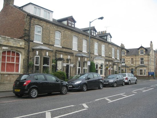 Chelmsford Place Guest House: Guest house on main street. Parking outside by arrangement