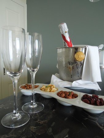 Royal Princess Hotel: Complimentary champagne and snacks upon arrival