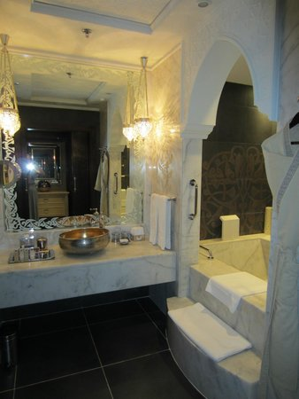 Jumeirah Zabeel Saray : Bathroom suite - shower/toilet to the left