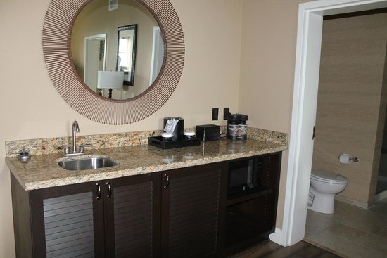 Embassy Suites by Hilton Savannah : Kitchenette