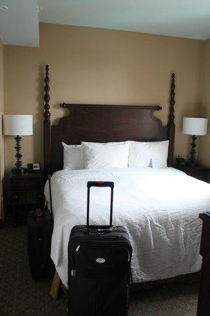Embassy Suites by Hilton Savannah: King bedroom