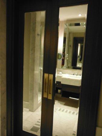 Marti Istanbul Hotel: Salão de banho com porta dupla
