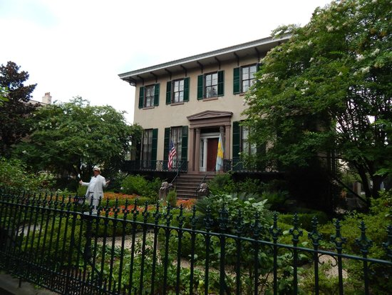 Savannah Dan Walking Tours: Juliette Gordon Low House on tour