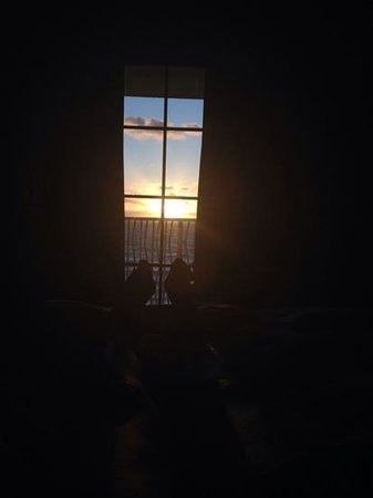 Hilton Virginia Beach Oceanfront : or watch the sunrise from your bed!