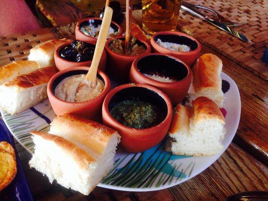Help Beach Lounge: Great selection of dips, olives and bread