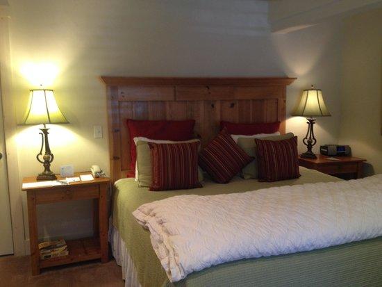 Carmel Country Inn: King bed