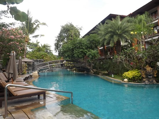 Padma Resort Legian: Surround pool