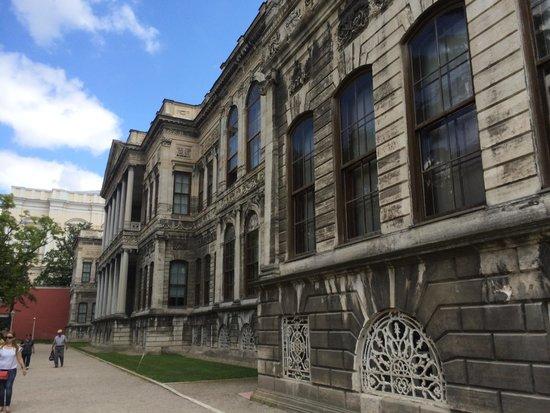 Dolmabahce Palace: Outside Palace