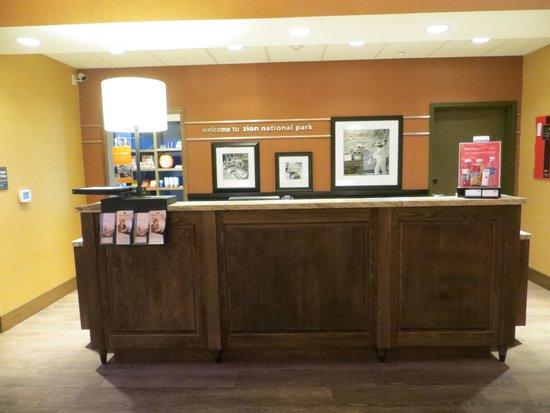 Hampton Inn & Suites Springdale Zion National Park: Reception desk