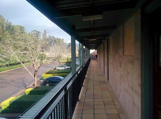 Mercure Resort Hunter Valley Gardens : Passage leading to rooms