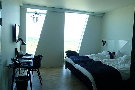 AC Hotel by Marriott Bella Sky Copenhagen : Comfy bright airy room