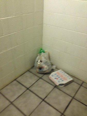 Rodeway Inn: trash in stairwell