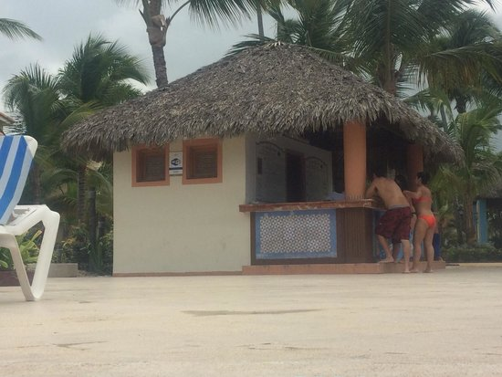 Grand Bahia Principe Punta Cana: Towel hut which ran out of clean towels every day for 4+ hours