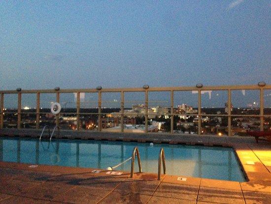 Warwick Denver Hotel: pool at night