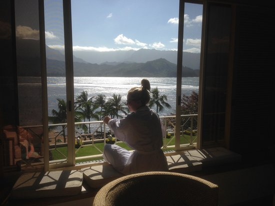 St. Regis Princeville Resort: enjoying the window seat and view