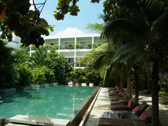The Plantation Urban Resort and Spa : View from pool restaurant to Plantation Build. 2 (rooms)