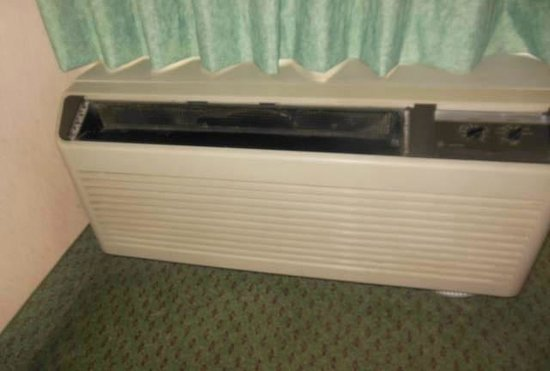 Clarion Hotel Anaheim Resort: Grille missing out of the HVAC unit