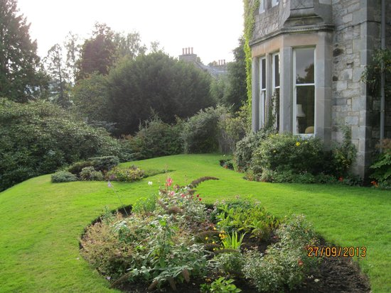 Strathgarry Restaurant and Rooms: Front yard garden