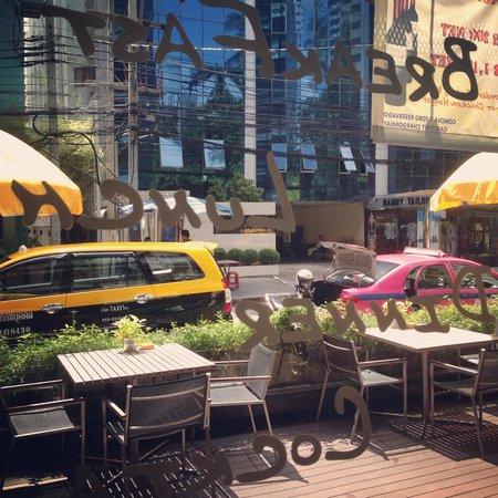 Maitria Hotel Sukhumvit 18 - A Chatrium Collection : sit at hotel restaurant
