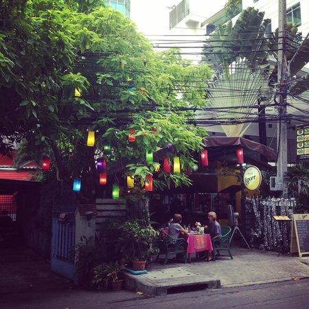 Maitria Hotel Sukhumvit 18 - A Chatrium Collection : local thai food near hotel